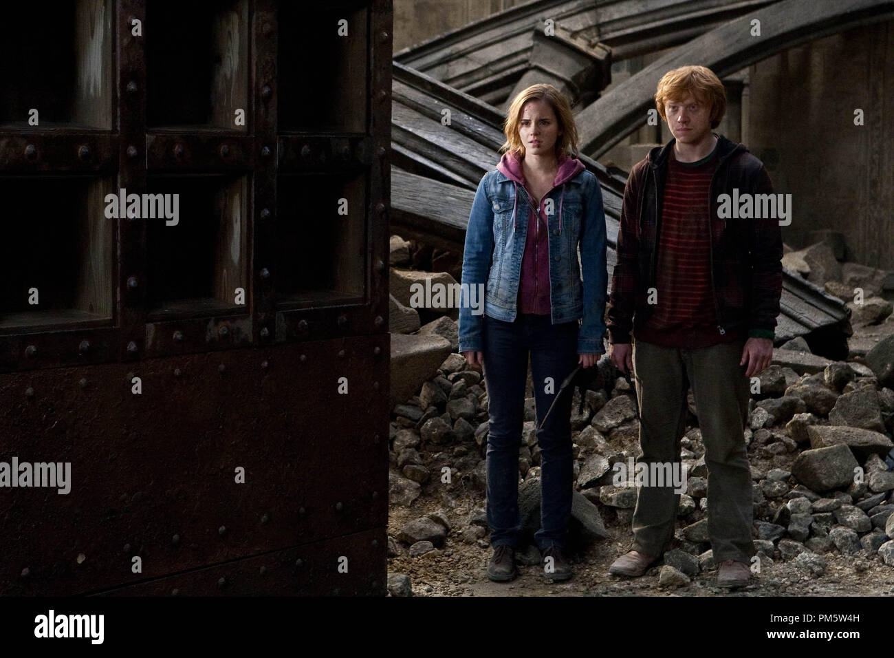 """(L-r) EMMA WATSON as Hermione Granger and RUPERT GRINT as Ron Weasley in Warner Bros. Pictures' fantasy adventure """"HARRY POTTER AND THE DEATHLY HALLOWS – PART 2,"""" a Warner Bros. Pictures release. - Stock Image"""