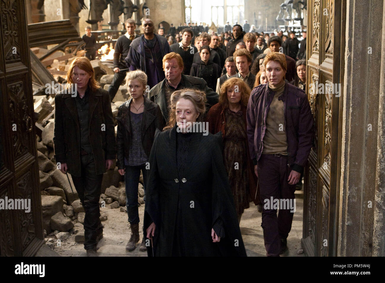 "(L-r) DOMHNALL GLEESON as Bill Weasley, CLÉMENCE POÉSY as Fleur Delacour, MARK WILLIAMS as Arthur Weasley, MAGGIE SMITH as Professor Minerva McGonagall, JULIE WALTERS as Molly Weasley and OLIVER PHELPS as George Weasley in Warner Bros. Pictures' fantasy adventure ""HARRY POTTER AND THE DEATHLY HALLOWS – PART 2,"" a Warner Bros. Pictures release. - Stock Image"
