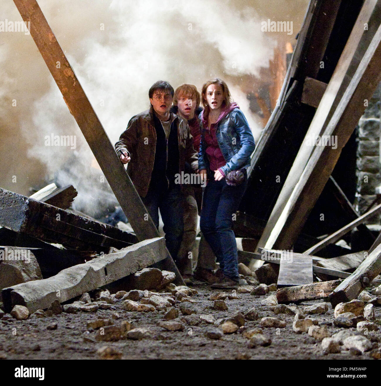 """(L-r) DANIEL RADCLIFFE as Harry Potter, RUPERT GRINT as Ron Weasley and EMMA WATSON as Hermione Granger in Warner Bros. Pictures' fantasy adventure """"HARRY POTTER AND THE DEATHLY HALLOWS – PART 2,"""" a Warner Bros. Pictures release. - Stock Image"""