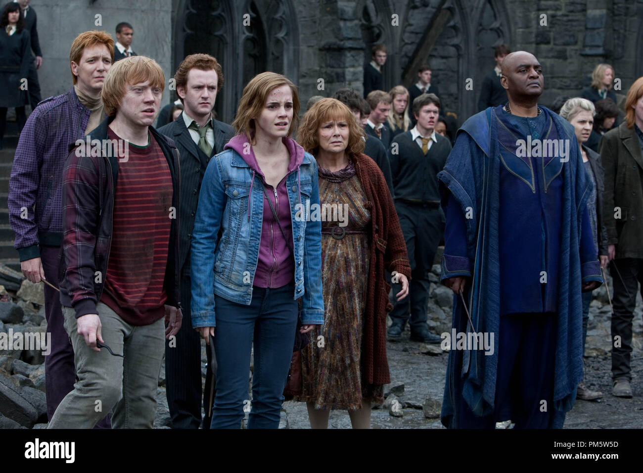 """(L-r) JAMES PHELPS as Fred Weasley, RUPERT GRINT as Ron Weasley, CHRIS RANKIN as Percy Weasley, EMMA WATSON as Hermione Granger, JULIE WALTERS as Molly Weasley and GEORGE HARRIS as Kingsley Shacklebolt in Warner Bros. Pictures' fantasy adventure """"HARRY POTTER AND THE DEATHLY HALLOWS – PART 2,"""" a Warner Bros. Pictures release. - Stock Image"""