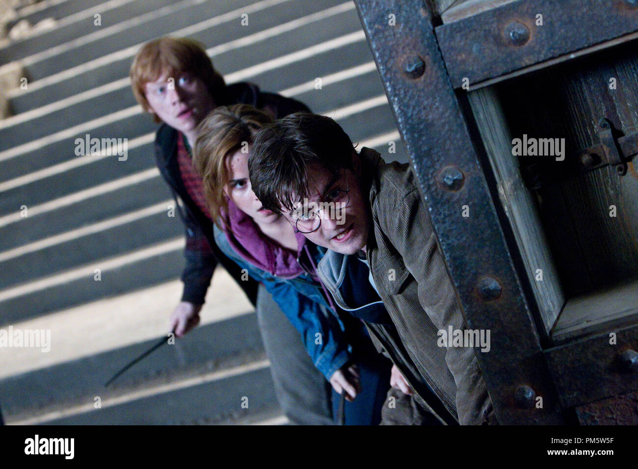 """(L-r) RUPERT GRINT as Ron Weasley, EMMA WATSON as Hermione Granger and DANIEL RADCLIFFE as Harry Potter in Warner Bros. Pictures' fantasy adventure """"HARRY POTTER AND THE DEATHLY HALLOWS – PART 2,"""" a Warner Bros. Pictures release. - Stock Image"""