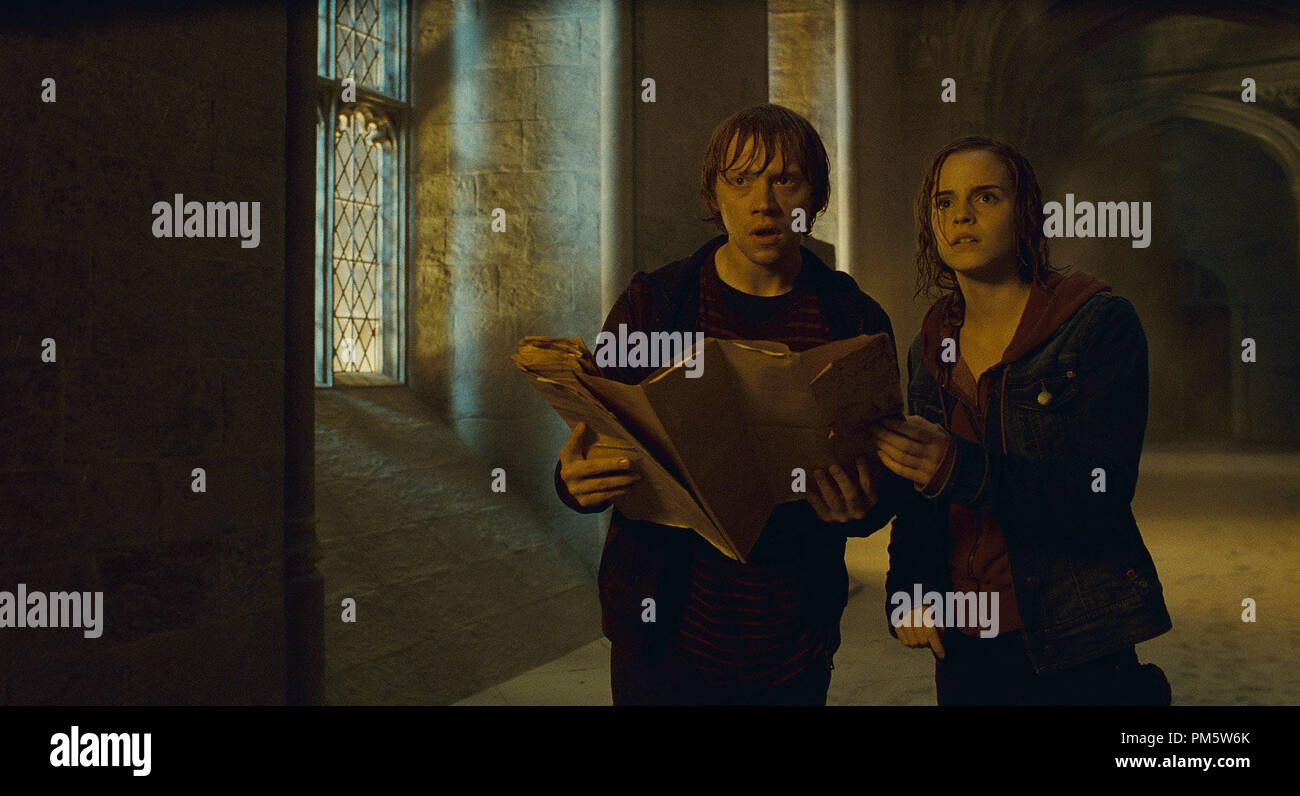 """(L-r) RUPERT GRINT as Ron Weasley and EMMA WATSON as Hermione Granger in Warner Bros. Pictures' fantasy adventure """"HARRY POTTER AND THE DEATHLY HALLOWS – PART 2,"""" a Warner Bros. Pictures release. - Stock Image"""