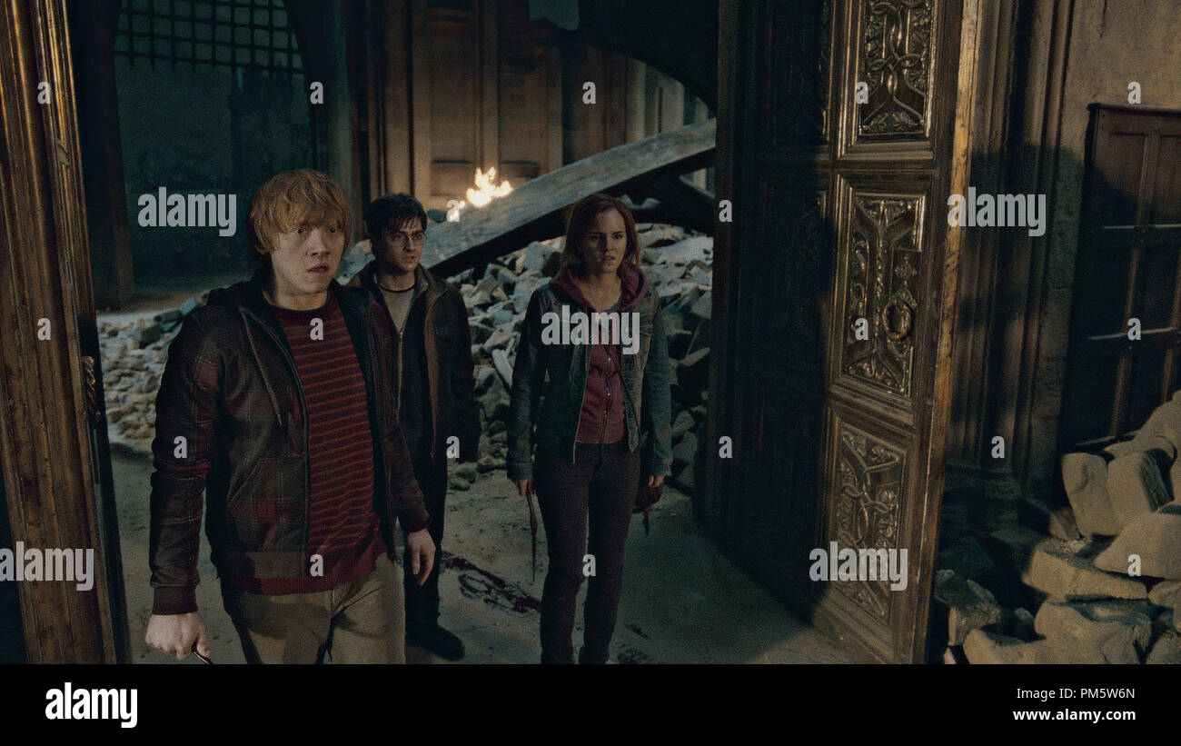 """(L-r) RUPERT GRINT as Ron Weasley, DANIEL RADCLIFFE as Harry Potter and EMMA WATSON as Hermione Granger in Warner Bros. Pictures' fantasy adventure """"HARRY POTTER AND THE DEATHLY HALLOWS – PART 2,"""" a Warner Bros. Pictures release. - Stock Image"""