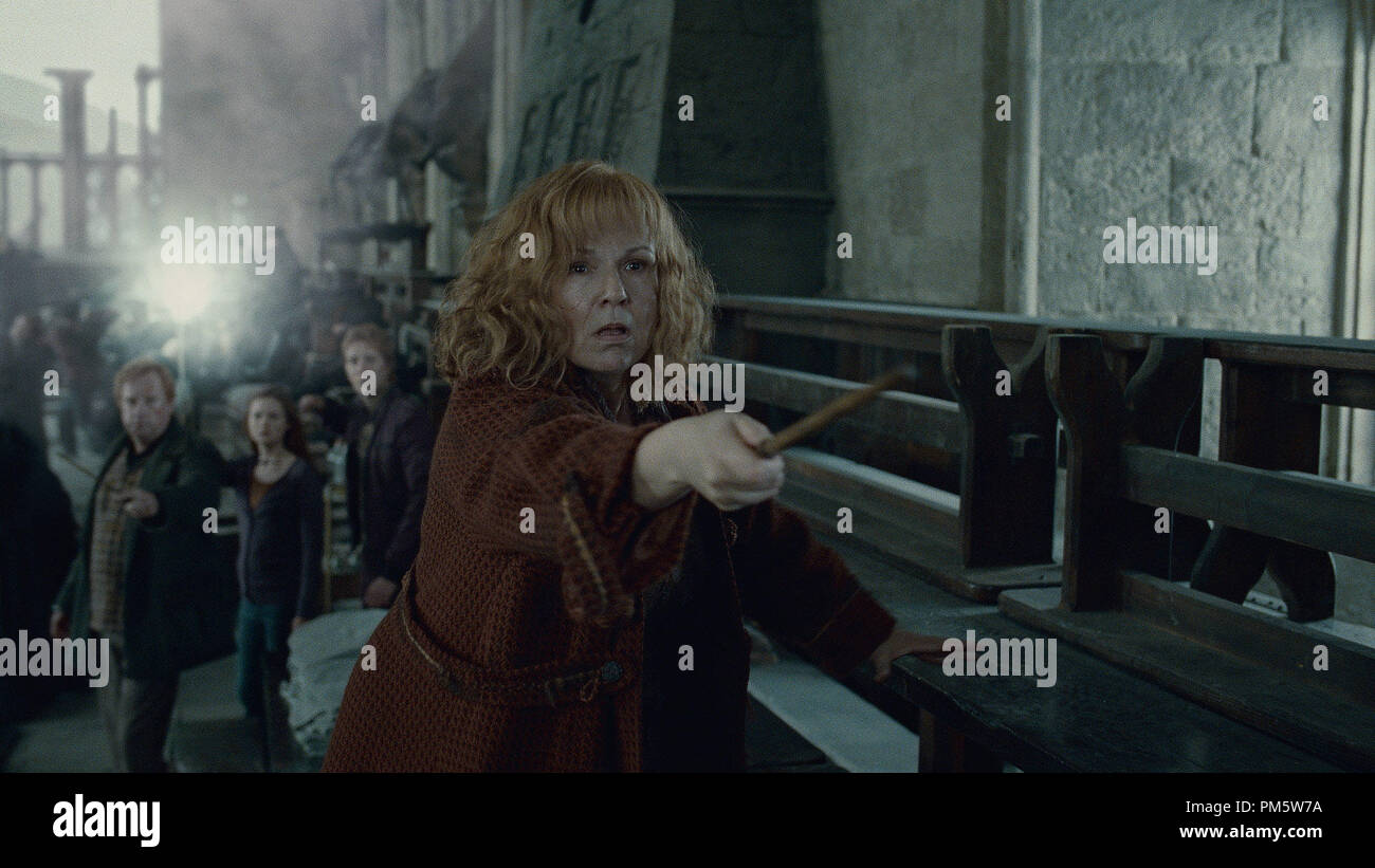 """JULIE WALTERS as Molly Weasley in Warner Bros. Pictures' fantasy adventure """"HARRY POTTER AND THE DEATHLY HALLOWS – PART 2,"""" a Warner Bros. Pictures release. - Stock Image"""