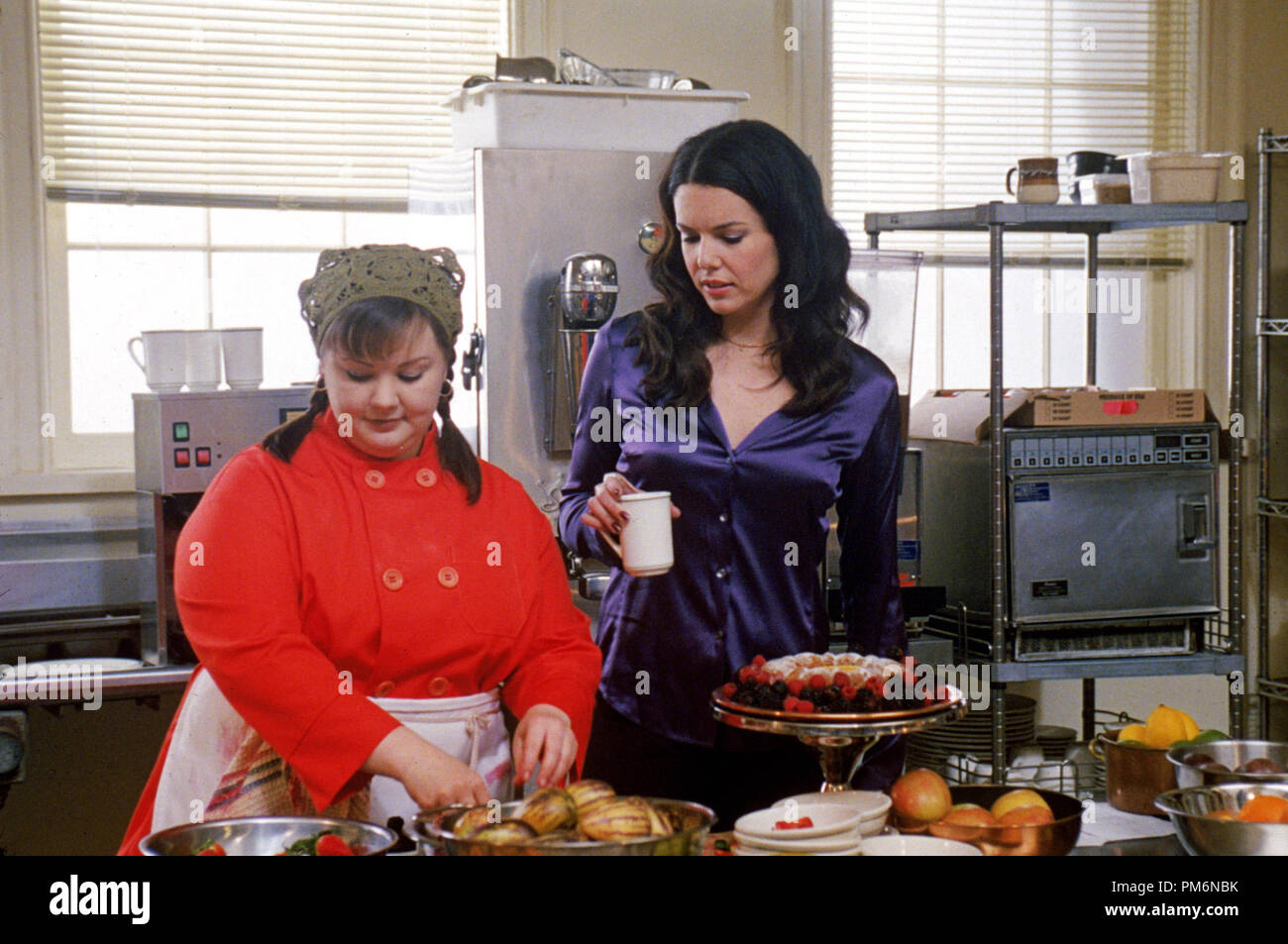 Film Still / Publicity Still from 'Gilmore Girls' (Episode: That Damn Donna Reed) Melissa McCarthy, Lauren Graham 2001 Photo credit: Richard Cartwright     File Reference # 30847970THA  For Editorial Use Only -  All Rights Reserved - Stock Image