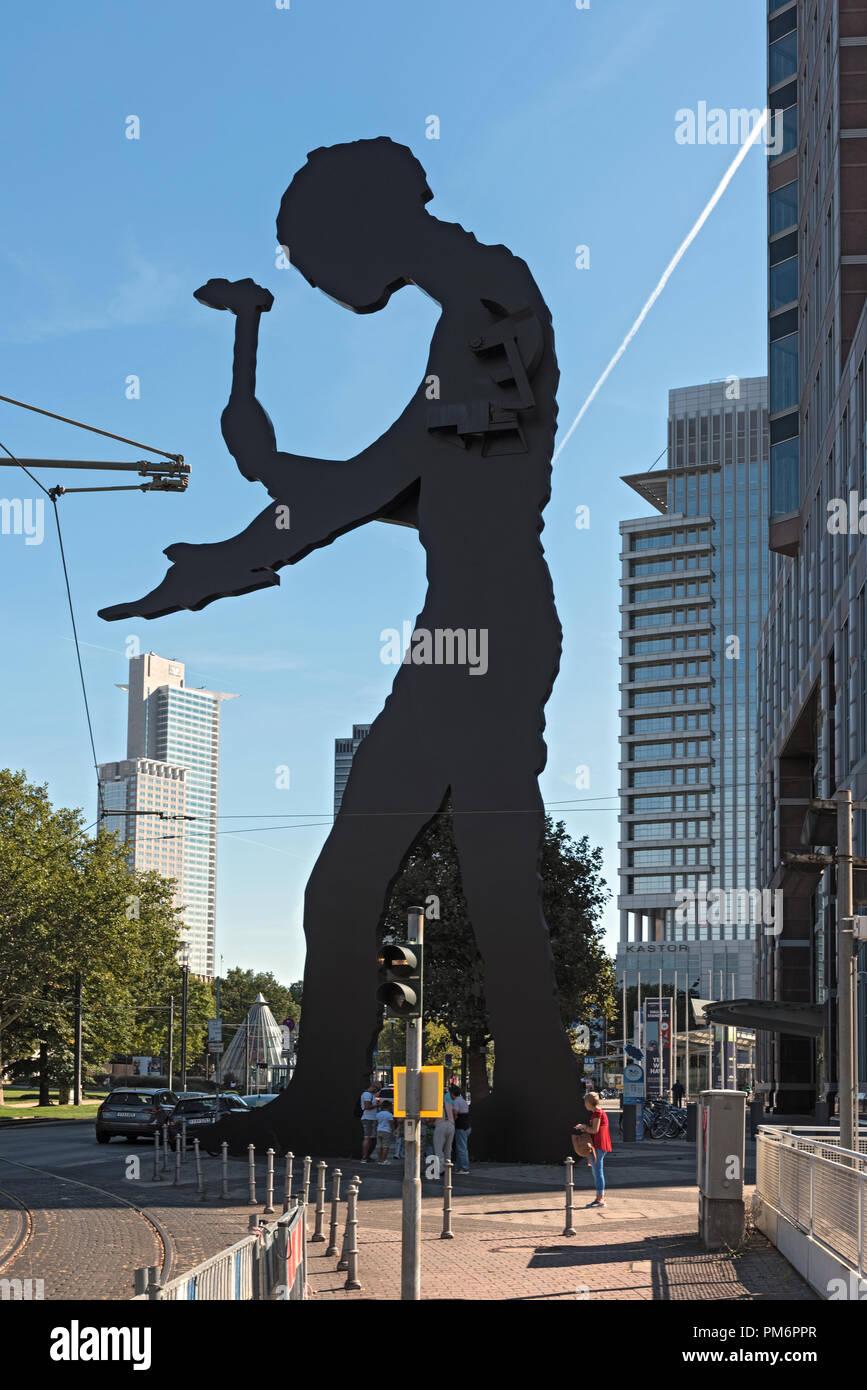 the sculpture, hammering man, designed by jonathan borofsky, near frankfurt exhibition area, frankfurt am main, germany. - Stock Image