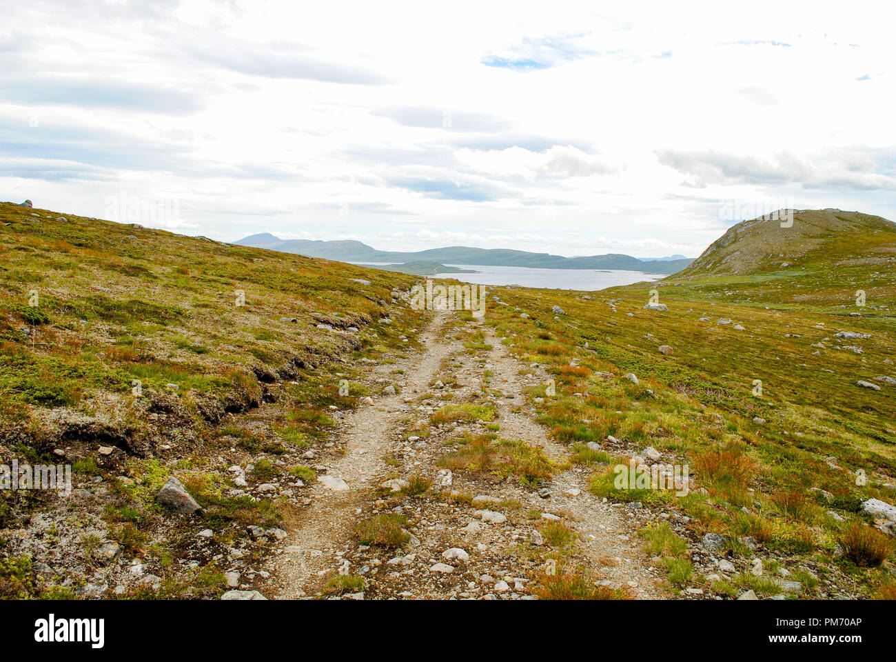 Mountain road on Valdresflya, Norway, with lake Vinstre in the background - Stock Image