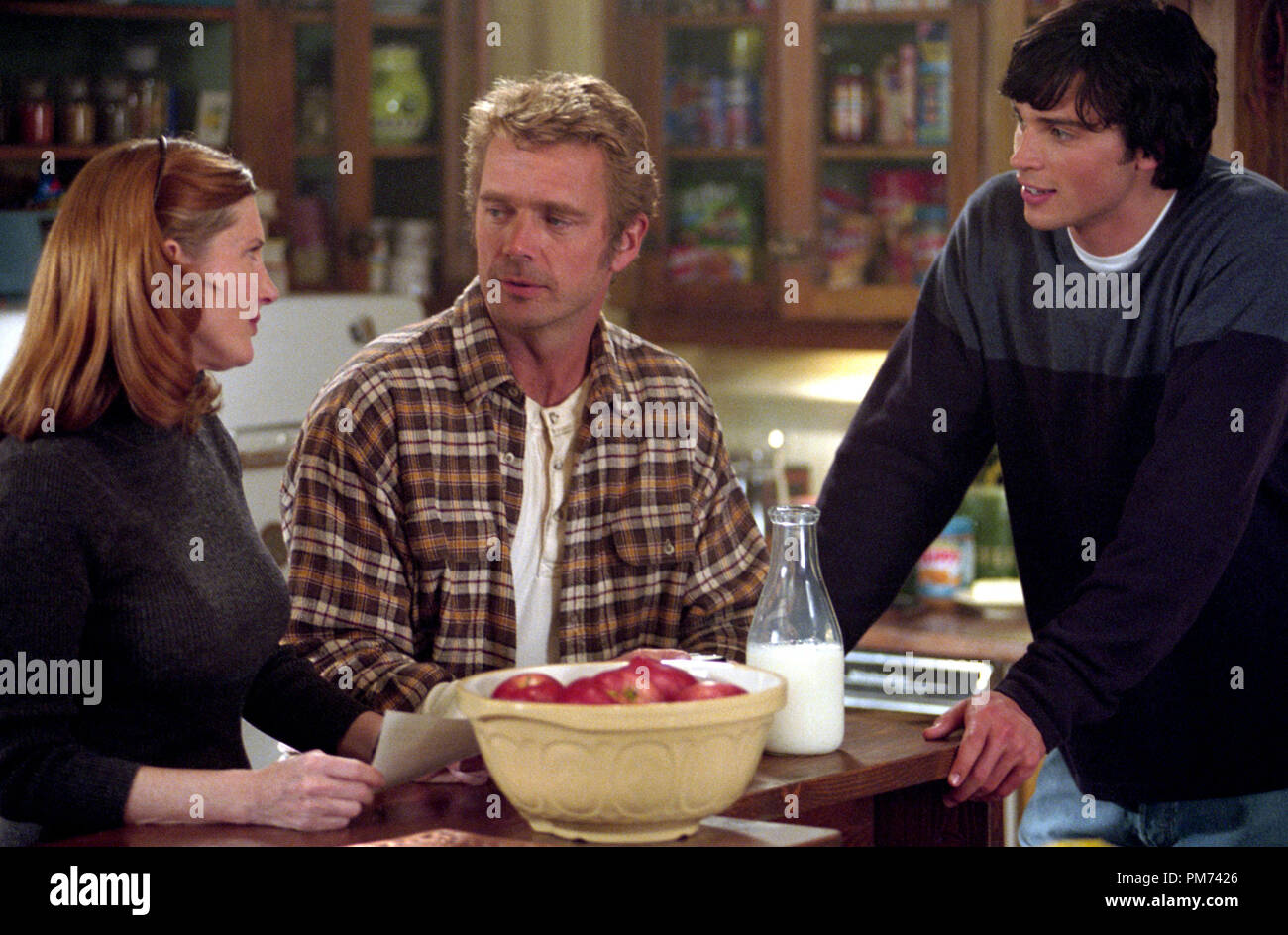"""Film Still / Publicity Still from """"Smallville"""" (Episode: Metamorphosis) Annette O'Toole, John Schneider, Tom Welling 2001 Photo credit: Brian Cyr    File Reference # 30847338THA  For Editorial Use Only -  All Rights Reserved Stock Photo"""