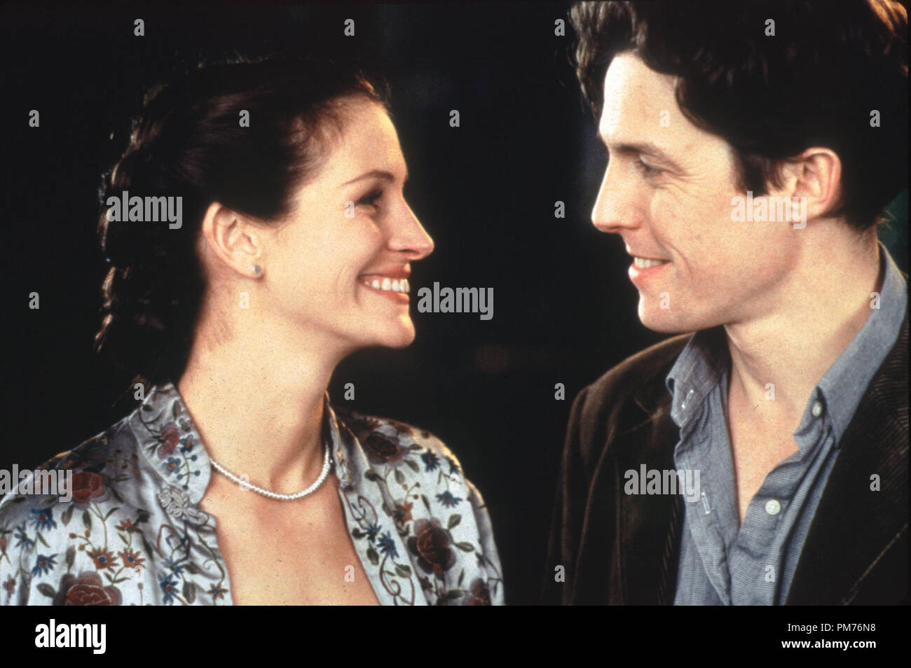 Film Still / Publicity Still from 'Notting Hill' Julia Roberts, Hugh Grant © 1999 Universal Photo Credit: Clive Coote   File Reference # 30973486THA  For Editorial Use Only -  All Rights Reserved - Stock Image