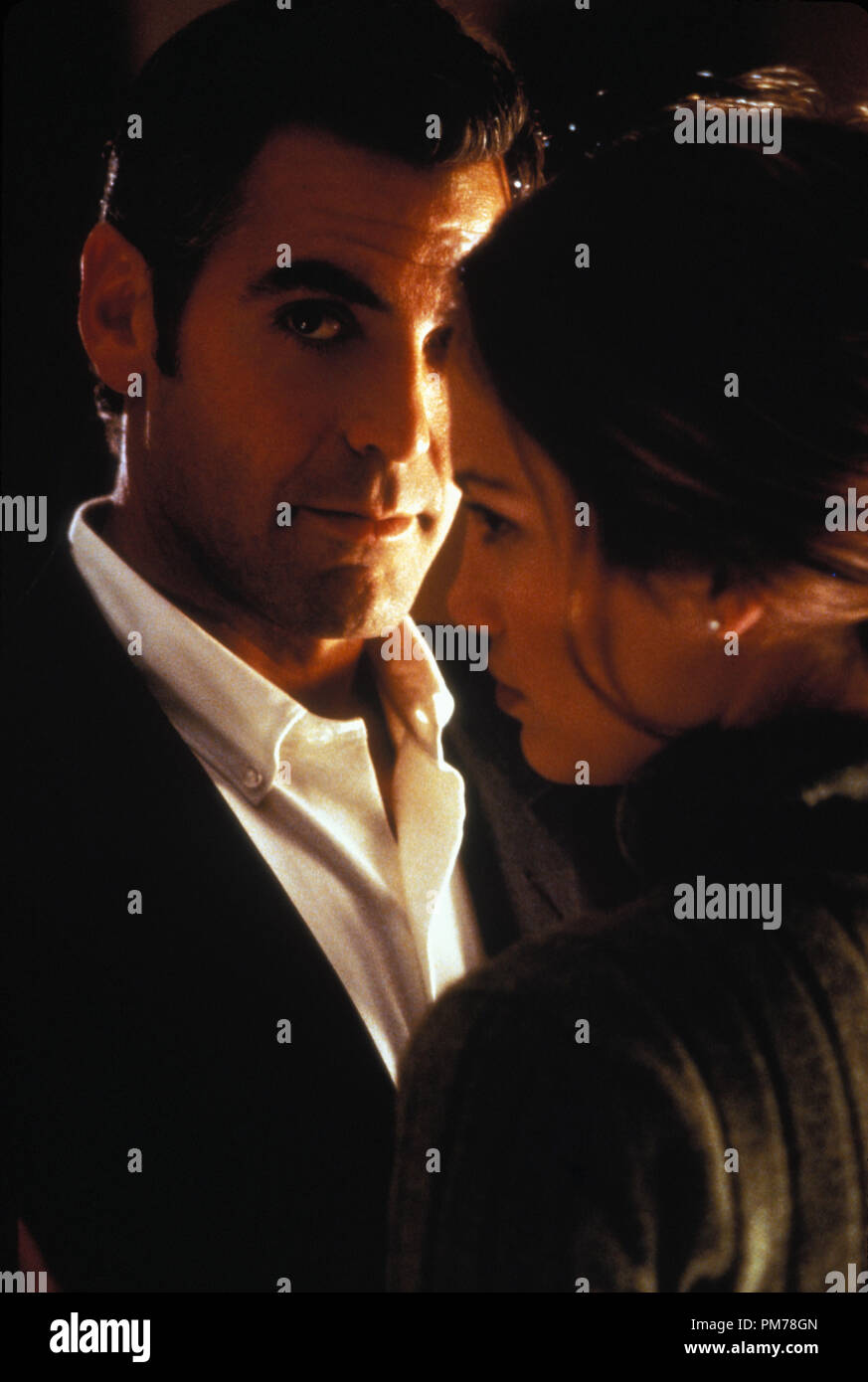 "Film Still from ""Out Of Sight"" George Clooney; Jennifer Lopez Photo Credit: Merrick Morton © 1998, Universal  File Reference # 30996360THA  For Editorial Use Only -  All Rights Reserved Stock Photo"