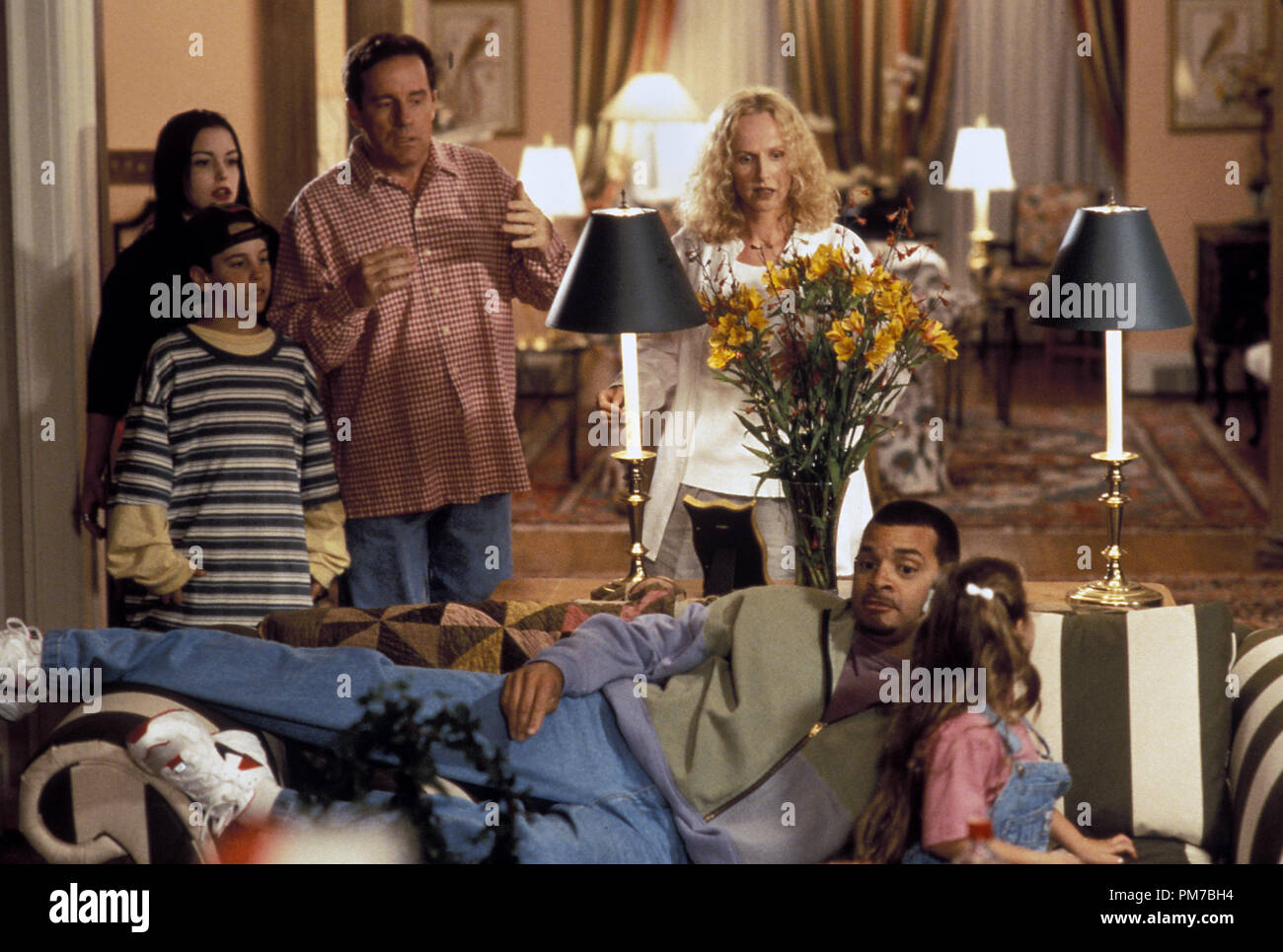 film-still-from-houseguest-sinbad-phil-hartman-kim-murphy-jeffrey-jones-kim-greist-chauncey-leopardi-talia-seider-1995-hollywood-pictures-photo-credit-marsha-blackburn-file-reference-31043316tha-for-editorial-use-only-all-rights-reserved-PM7BH4.jpg