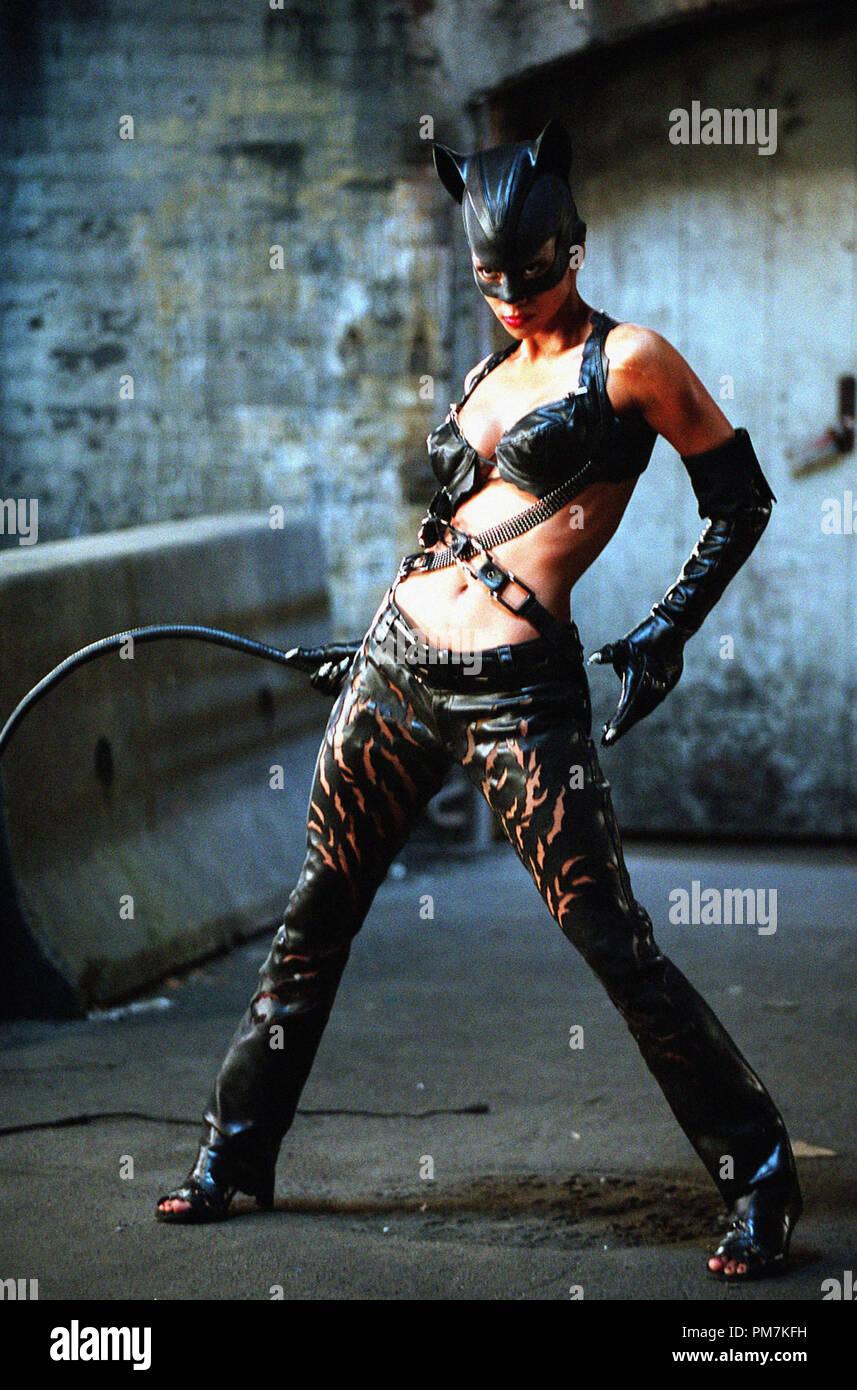 Halle Berry Catwoman 2004 Stock Photo Alamy
