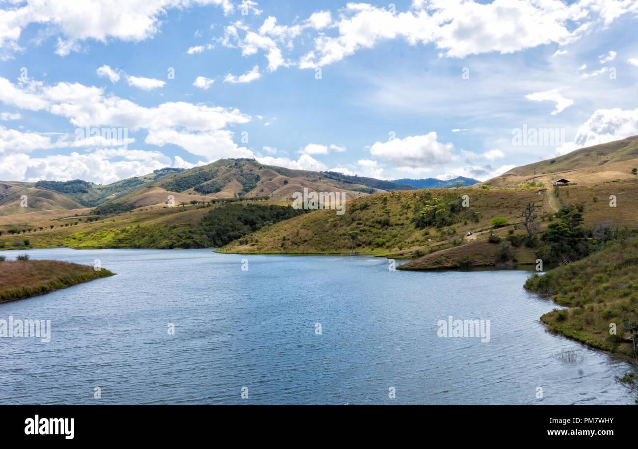 Hermoso lago en medio del paisaje ubicado en el valle del cauca, en colombia. - Stock Image