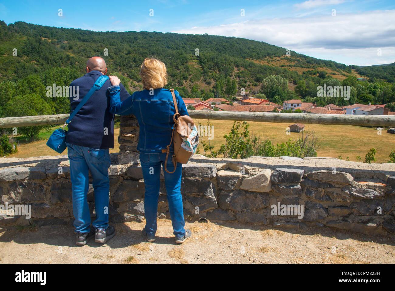 Mature couple at the viewpoint. Ruesga, Palencia province, Castilla Leon, Spain. - Stock Image
