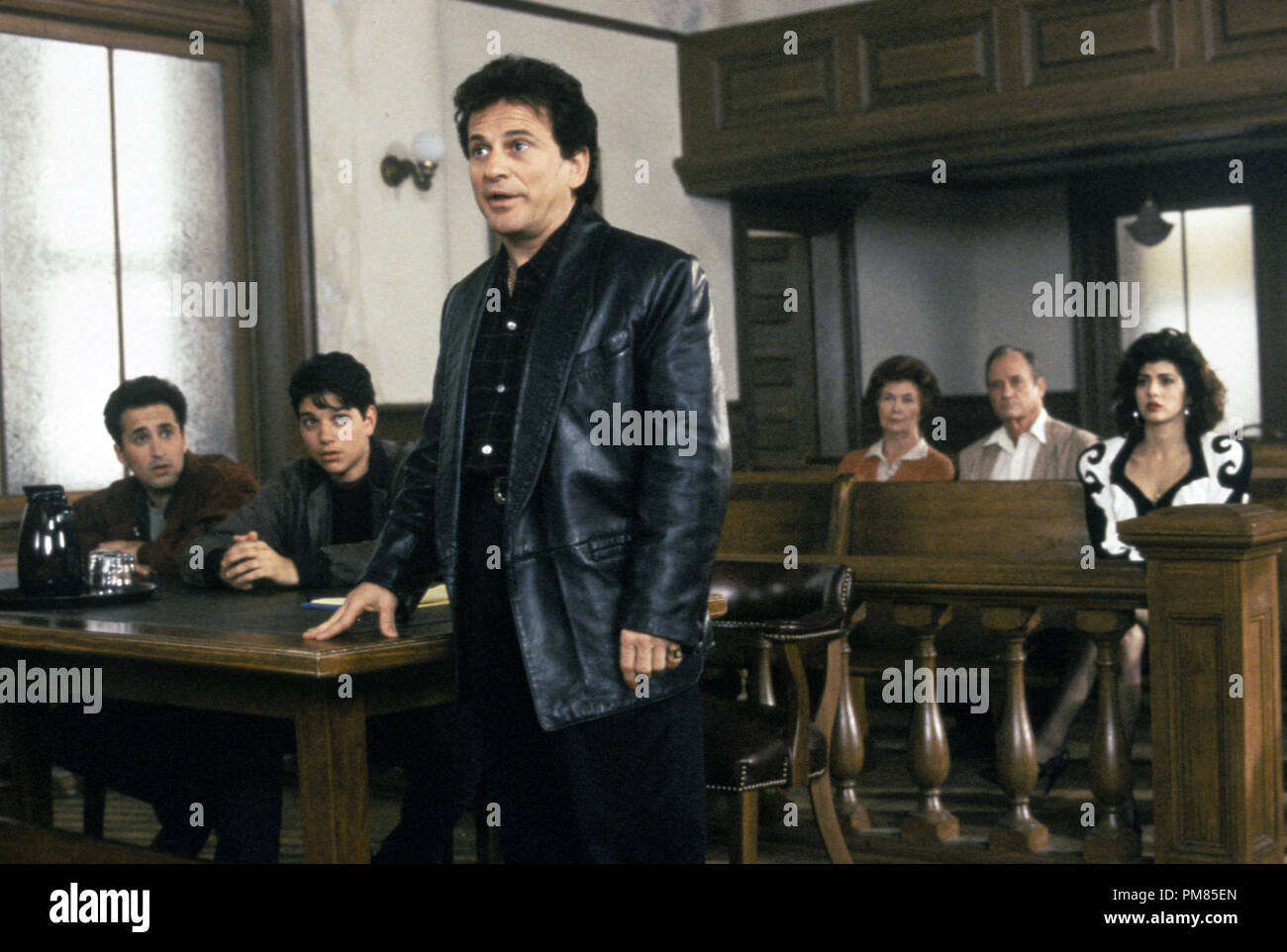 Film still or Publicity still from 'My Cousin Vinny' Mitchell Whitfield, Ralph Macchio, Joe Pesci, Marisa Tomei © 1992 20th Century Fox Photo Credit: Ben Glass All Rights Reserved   File Reference # 31487_167THA  For Editorial Use Only - Stock Image