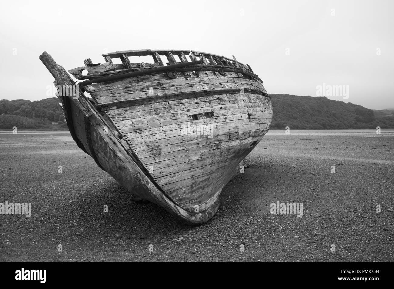 abandoned ship on beach - Stock Image