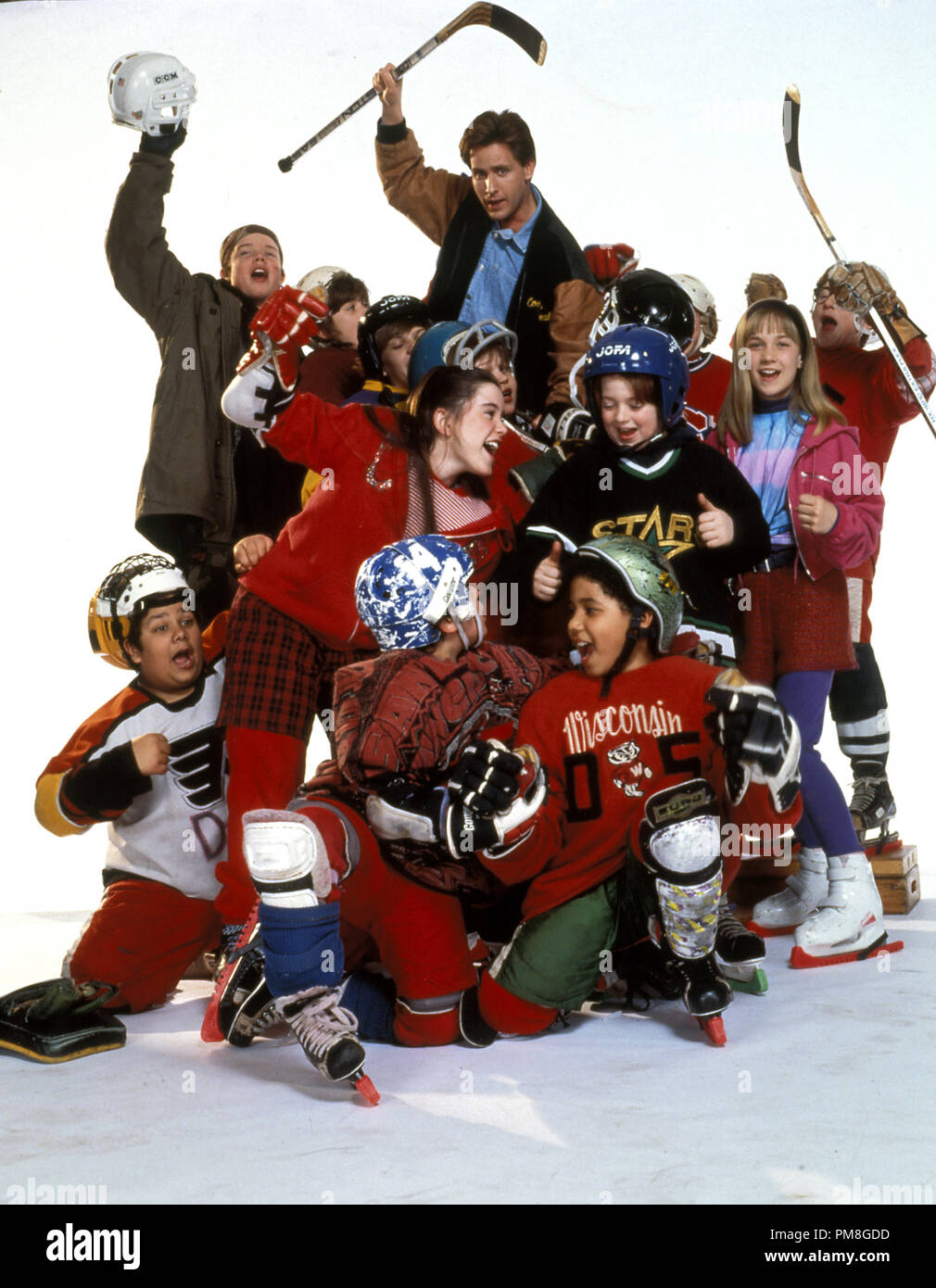Film still or Publicity still from 'The Mighty Ducks' Emilio Estevez and the Ducks © 1992 Walt Disney Pictures Photo Credit: Bonnie Schiffman  All Rights Reserved   File Reference # 31487_294THA  For Editorial Use Only - Stock Image