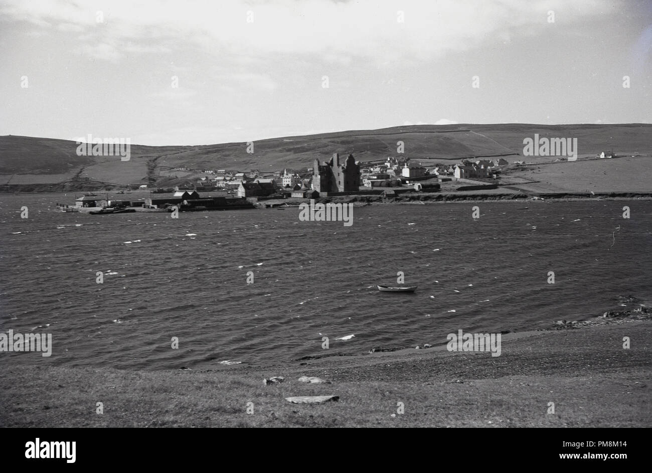 1950s, historical, a small settlement by an esuary on the Orkney Islands off the north coast of Scotland. These barren, low-lying islands are notable for the lack of trees and the strong tidal currents in the firths. - Stock Image