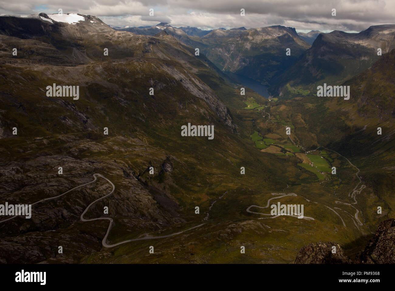 Der Aussichtspunkt Dalsnibba erhebt sich 1500 m über den Meeresspiegel und erlaubt grandiose Ausblicke auf den Geiranger Fjord - Stock Image