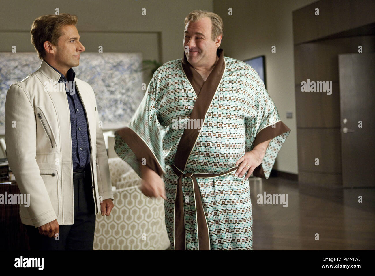 "(L-r) STEVE CARELL as Burt Wonderstone and JAMES GANDOLFINI as Doug Munny in New Line Cinemas comedy ""THE INCREDIBLE BURT WONDERSTONE,"" a Warner Bros. Pictures release. - Stock Image"