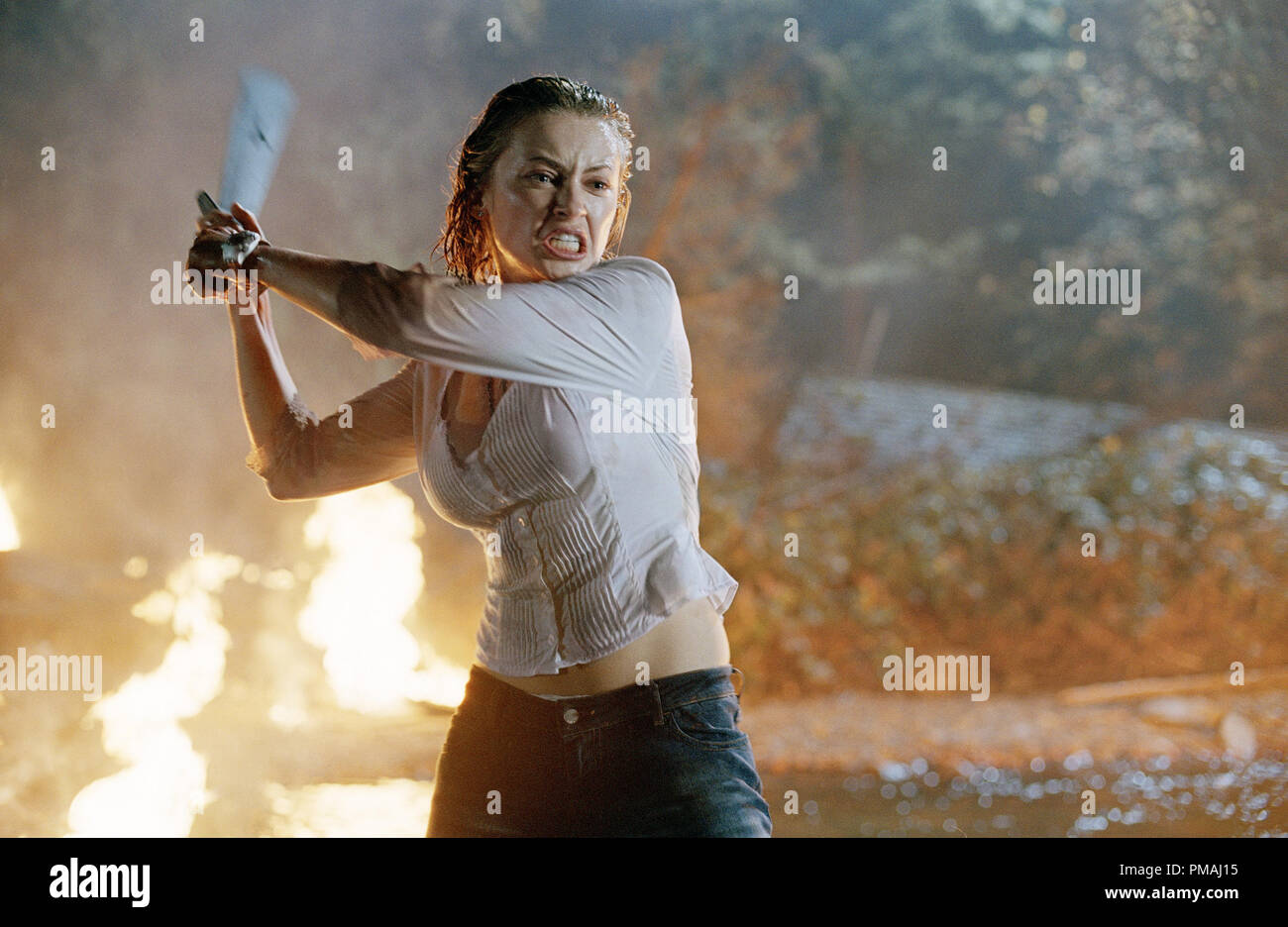 Lori (Monica Keena) shows she too can wield a pretty mean machete in New Line Cinema's ultimate showdown, FREDDY VS. JASON. 2003 - Stock Image