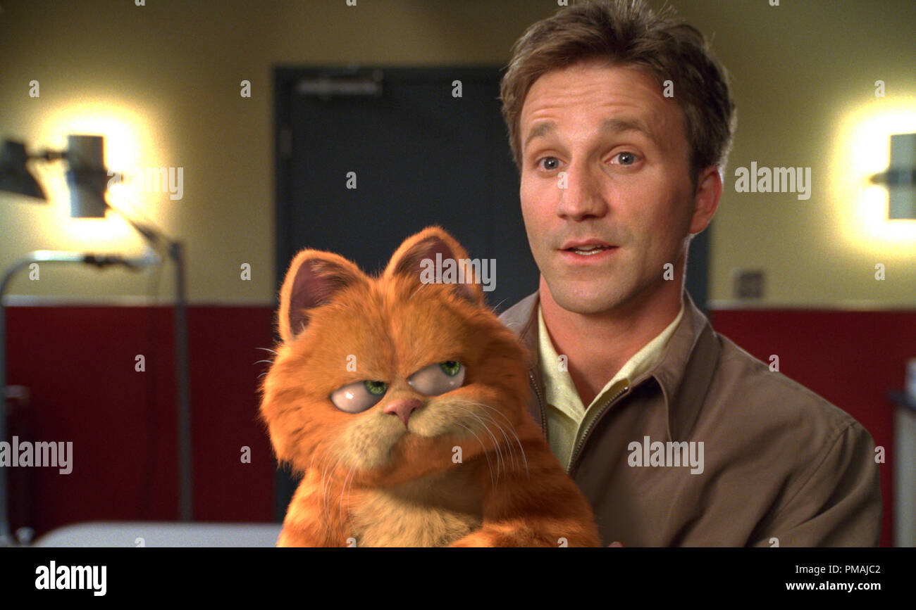 Garfield Isn T Pleased When Owner Jon Breckin Meyer Takes Him To The Vet Garfield The Movie 2004 Stock Photo Alamy