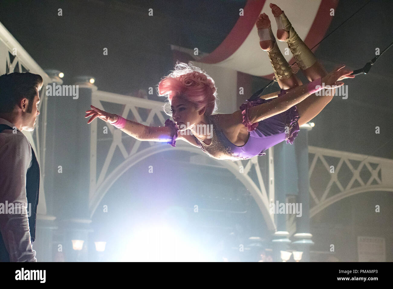 Philip (Zac Efron) is entranced by Anne's (Zendaya) trapeze artistry in Twentieth Century Fox's THE GREATEST SHOWMAN. (2017) - Stock Image