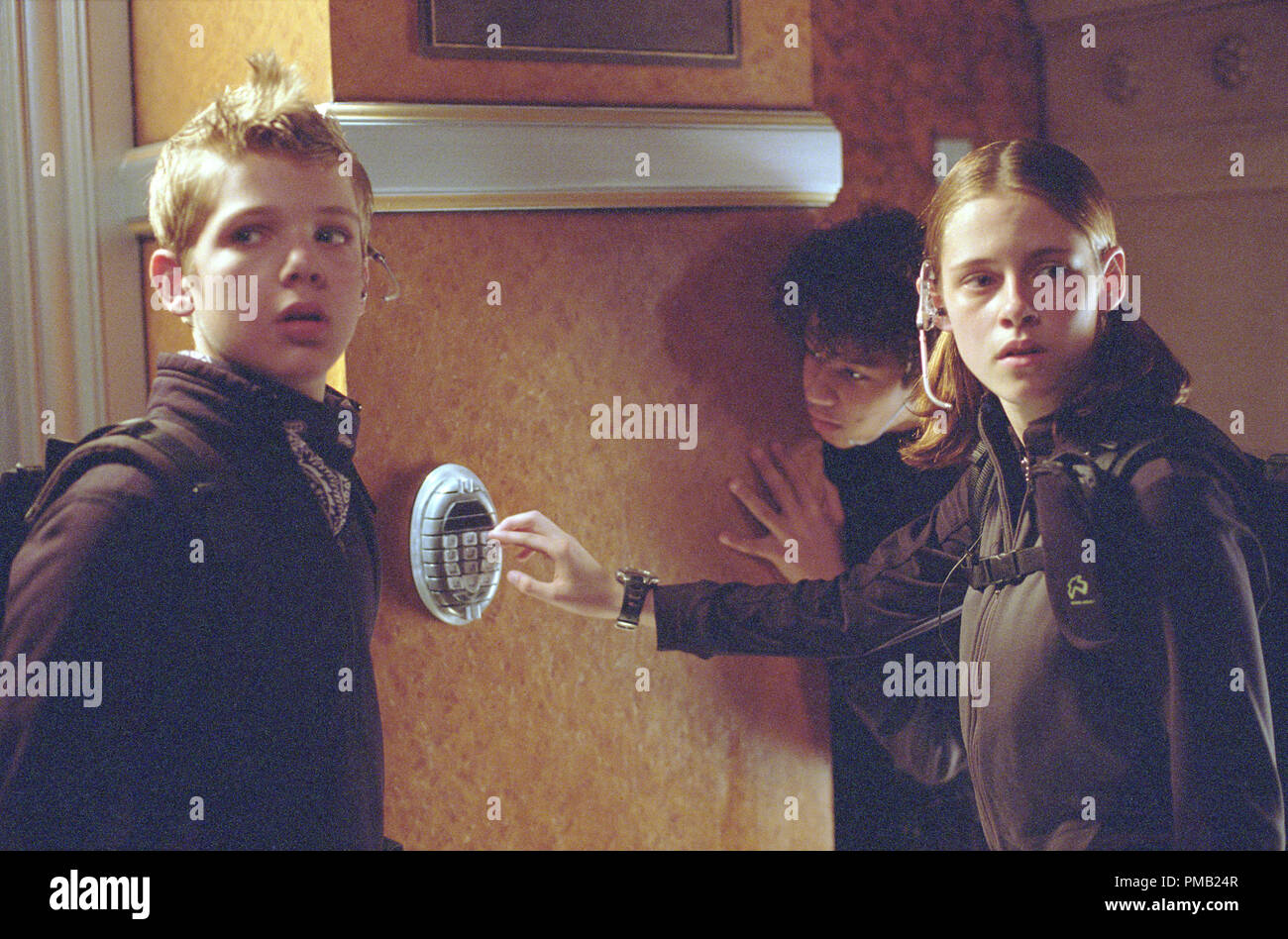 Max Thieriot and Kristen Stewart prepare to 'crack' an impregnable, state-of-the-art safe.  'Catch That Kid' (2003) - Stock Image