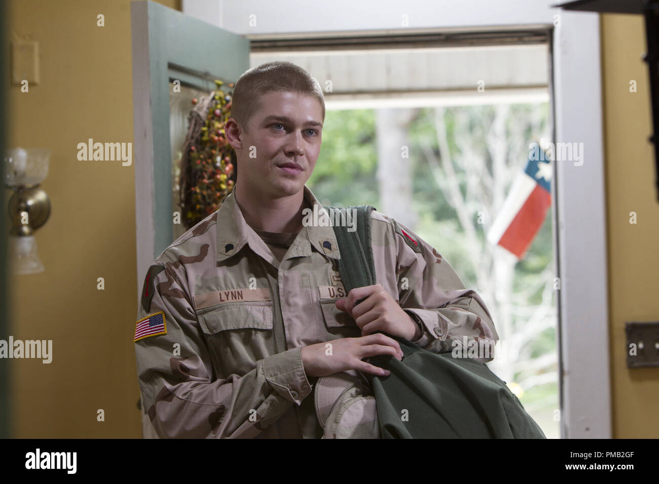 Billy  (Joe Alwyn) is greeted by his mother and older sisters when he returns home for a too-brief visit during the Victory Tour in TriStar Pictures' BILLY LYNN'S LONG HALFTIME WALK. - Stock Image
