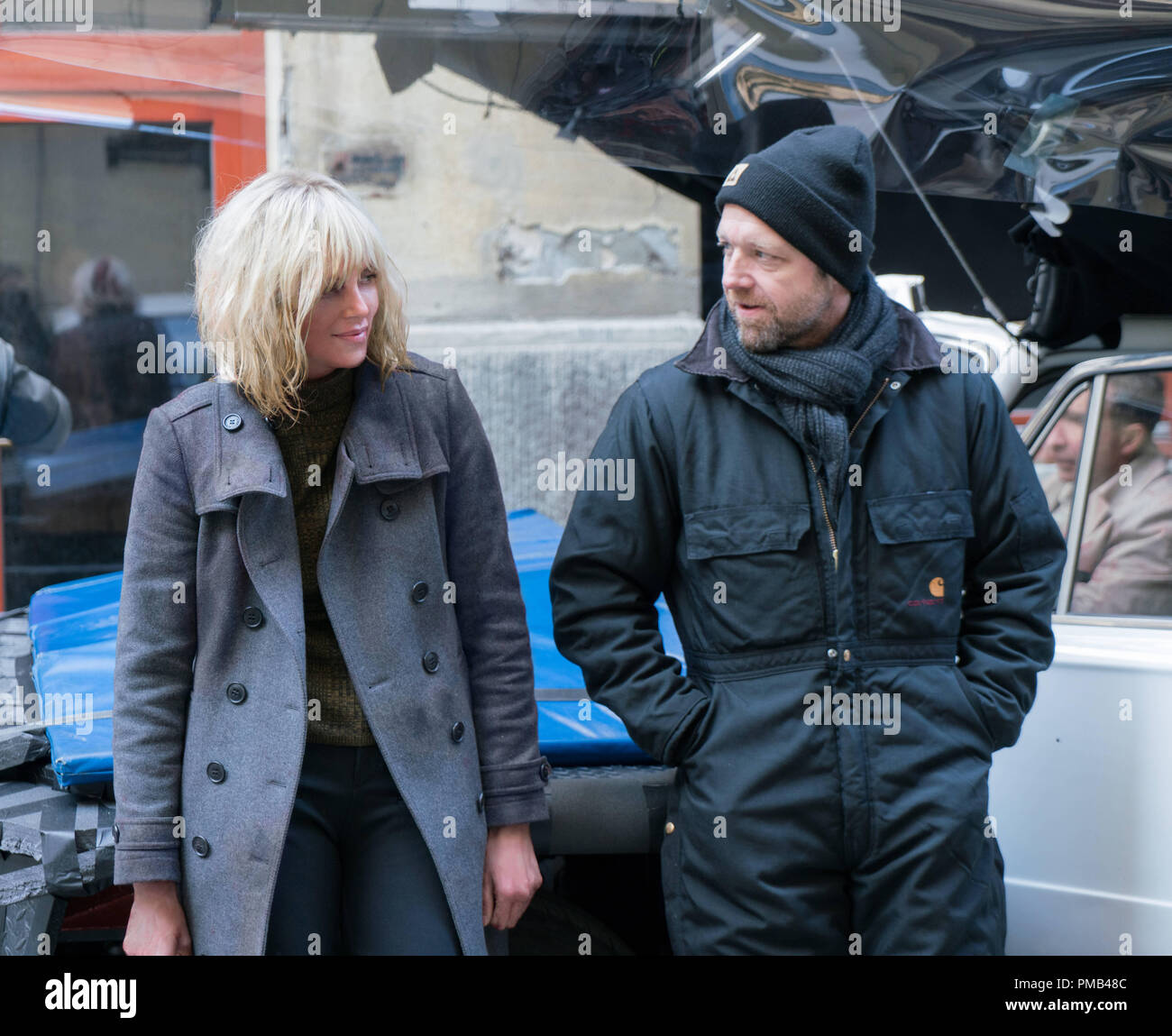 CHARLIZE THERON as Lorraine Broughton and director DAVID LEITCH on the set of 'Atomic Blonde.' (2017) Focus Features - Stock Image