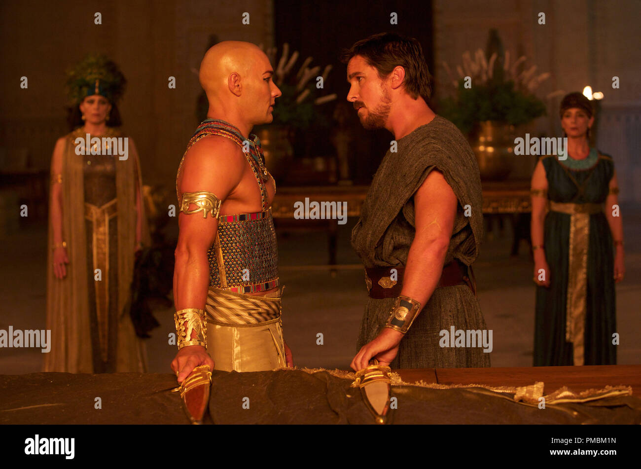 Exodus: Gods and Kings (2014) Moses (Christian Bale, right) confronts Ramses (Joel Edgerton). - Stock Image
