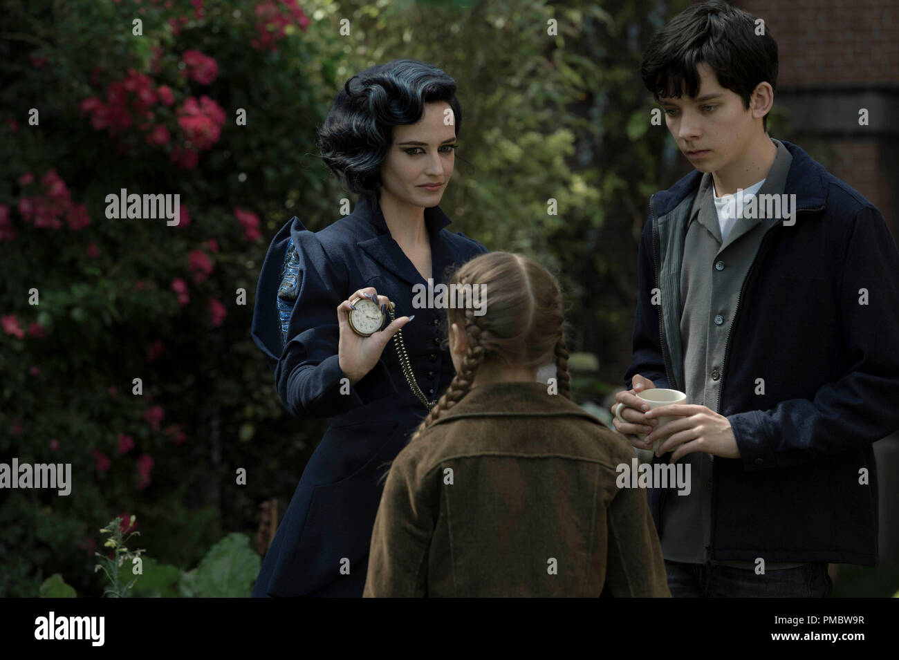 'Miss Peregrine's Home for Peculiar Children' (2016) Miss Peregrine (Eva Green) demonstrates one of her many time-bending talents to Jake (Asa Butterfield) and Fiona (Georgia Pemberton). - Stock Image