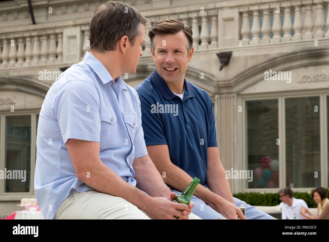 Jason Sudeikis plays Dave Johnson and Matt Damon plays Paul Safranek in Downsizing from Paramount Pictures. (2017) - Stock Image