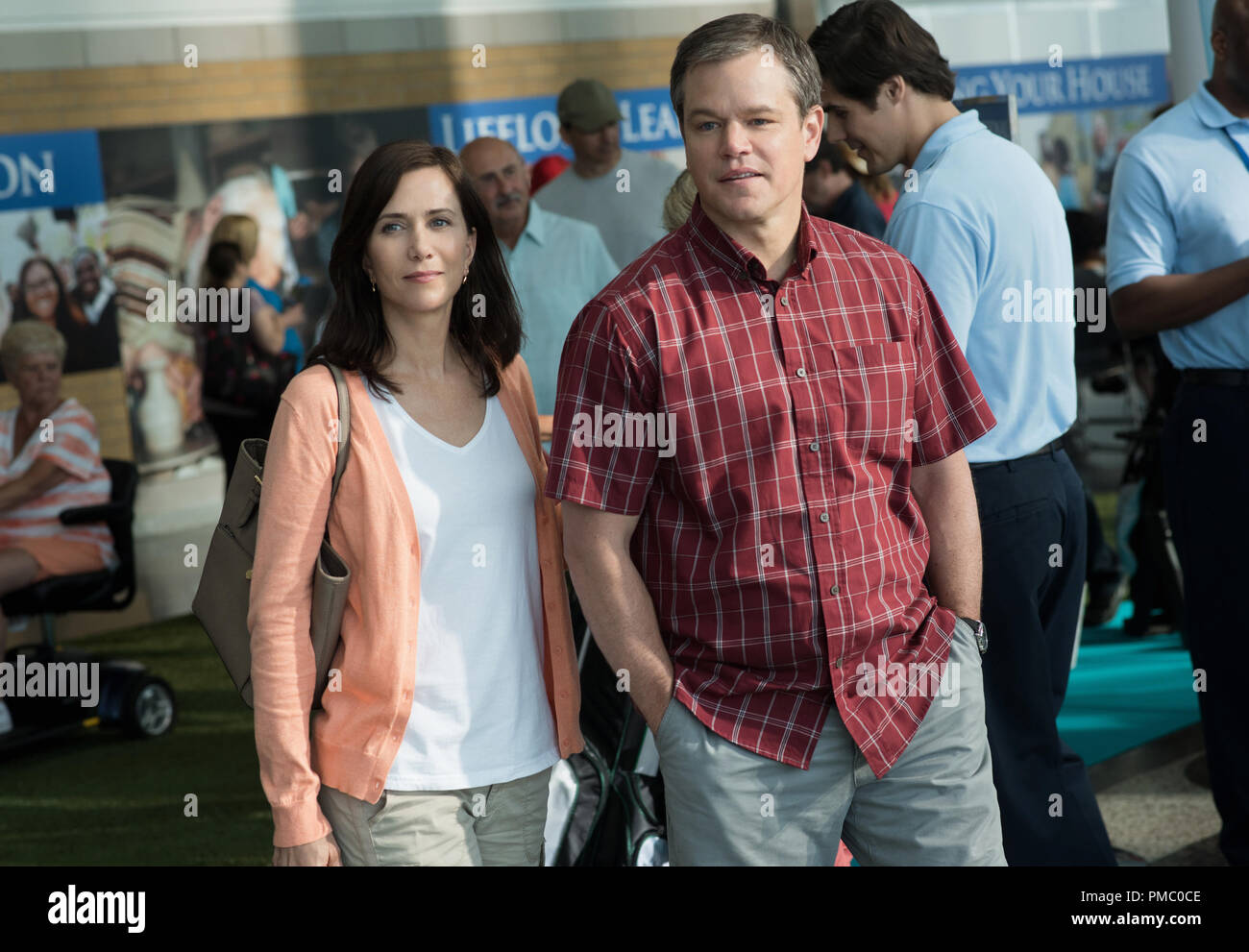 Kristen Wiig plays Audrey and Matt Damon plays Paul in Downsizing from Paramount Pictures. (2017) - Stock Image