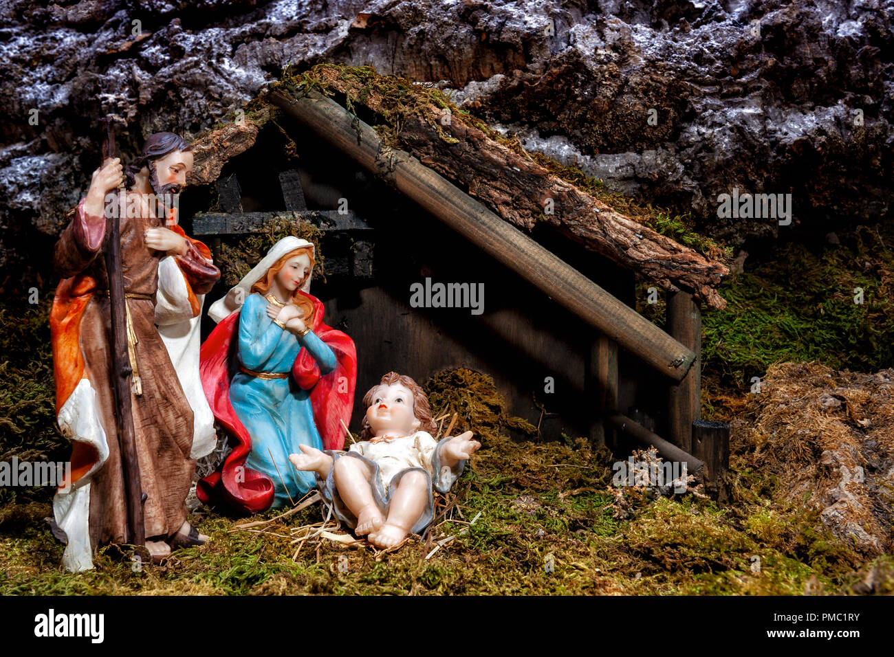 Close-up of the Christmas Nativity scene. Hut with baby Jesus in the manger, with Mary and Joseph Stock Photo