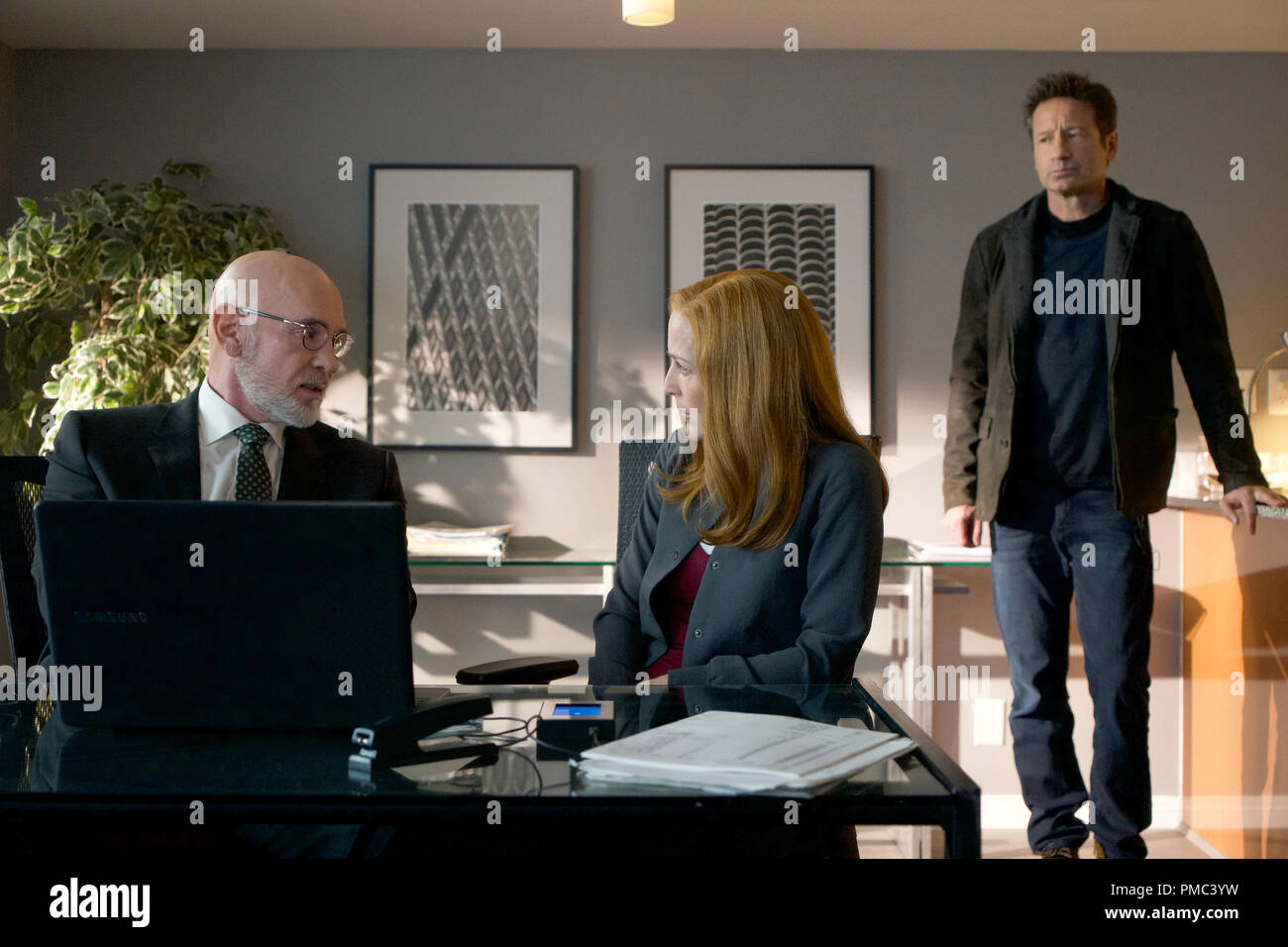 THE X-FILES:  L-R:  Mitch Pileggi, Gillian Anderson and David Duchovny in the 'Kitten' episode of THE X-FILES on Fox. © 2018 Fox Broadcasting Co.  Cr:  Shane Harvey/Fox - Stock Image