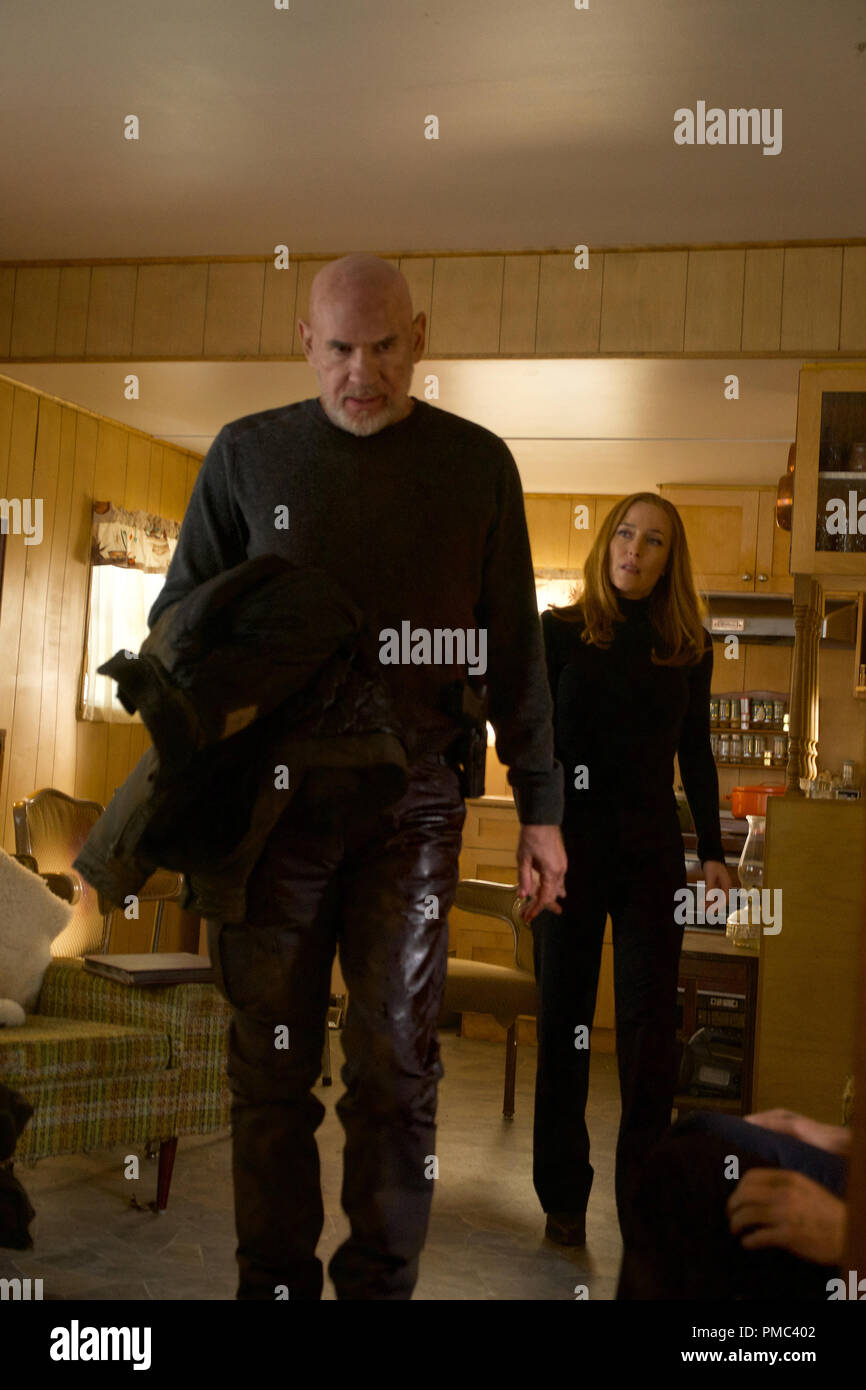 THE X-FILES:  L-R:  Mitch Pileggi and Gillian Anderson in the 'Kitten' episode of THE X-FILES on Fox. © 2018 Fox Broadcasting Co.  Cr:  Shane Harvey/Fox - Stock Image