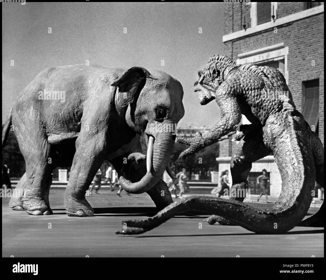Prod DB © Morningside Movies / DR A DES MILLIONS DE KILOMETRES DE LA TERRE (20 MILLION MILES TO EARTH)  de Nathan Juran 1957 USA science-fiction, serie B, monstre, dinosaure, ridicule, effets speciaux, elephant, combat autres titres: The Beast from Space The Giant Ymir - Stock Image