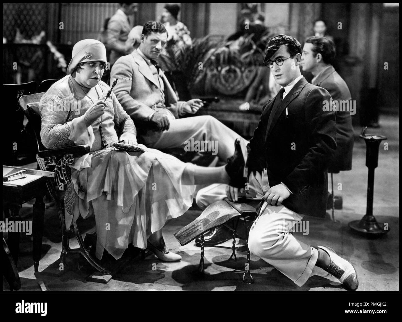 Prod DB © The Harold Lloyd Corporation / DR A LA HAUTEUR (FEET FIRST) de Clyde Bruckman 1930 USA avec Harold Lloyd cirer les chaussures, puer des pieds, - Stock Image