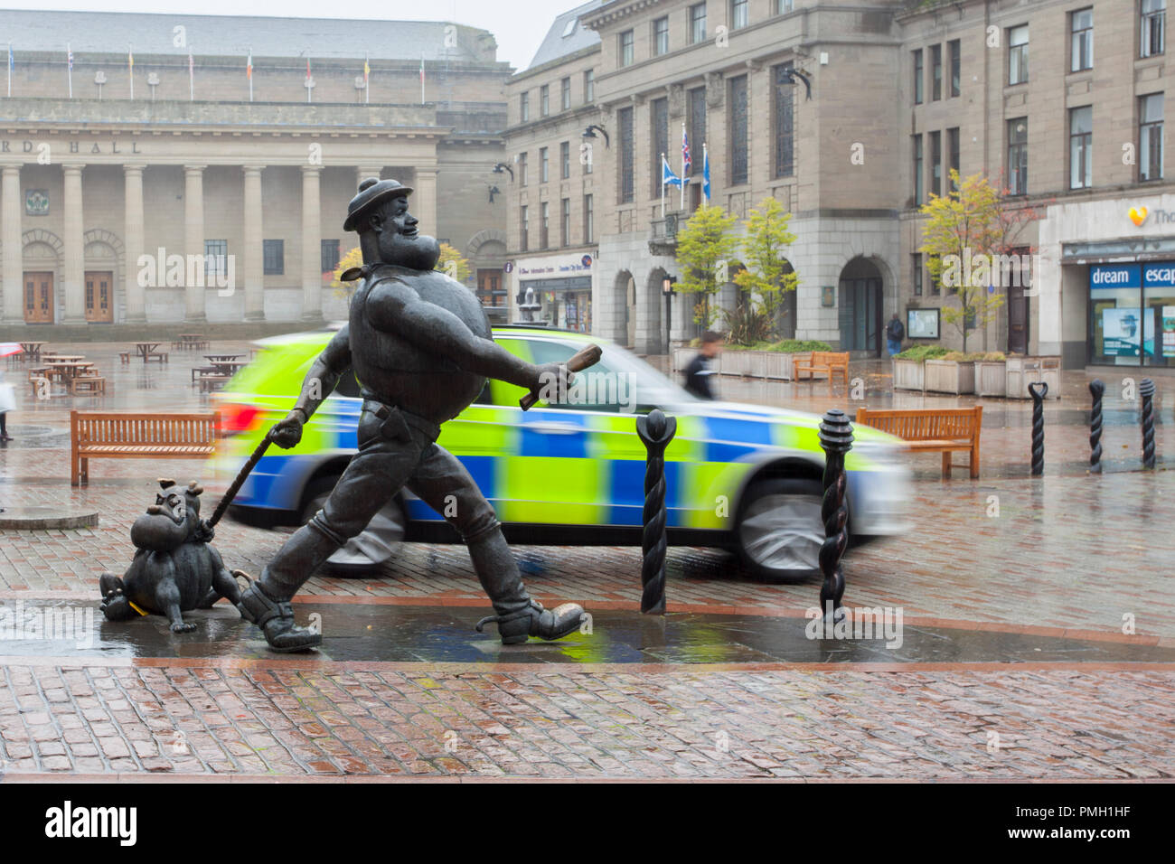 Desperate Dan, statue wild west character in the British comic magazine The Dandy Dundee, Scotland. UK Weather 18/09/2018.  Rainy start to the day in the city centre with heavy rain forecast for later in the day.  Credit; MediaWorldImages/AlamyLiveNews - Stock Image