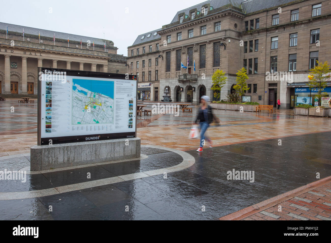 Dundee, Scotland. UK Weather 18/09/2018.  Rainy start to the day in the scottish city centre with heavy rain forecast for later in the day.  Credit; MediaWorldImages/AlamyLiveNews - Stock Image