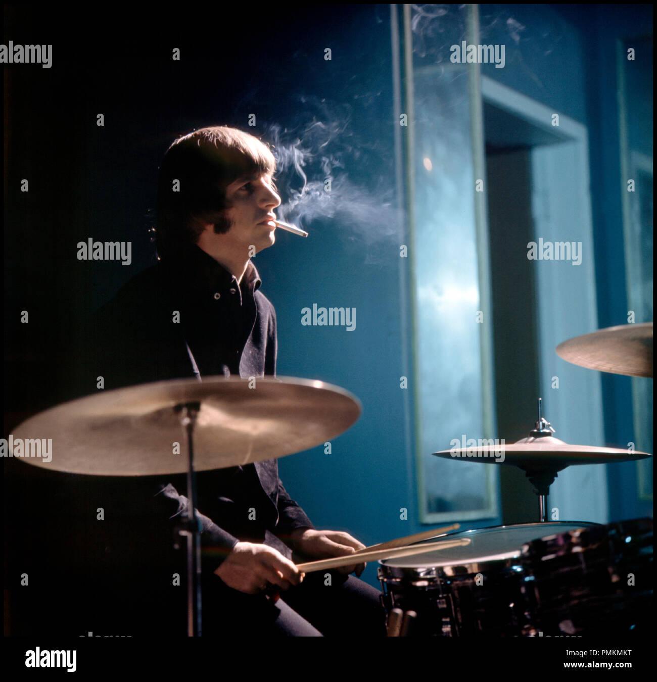 Prod DB © Subafilms / DR AU SECOURS ! (HELP !) de Richard Lester 1965 GB Avec Ringo Starr batterie, cigarette, batteur, instrument de musique - Stock Image