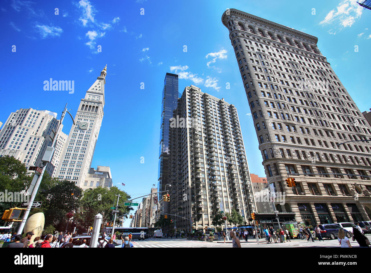 New York, USA – August 23, 2018: Busy sidewalk at the intersection 5th Avenue and E 23rd Street next to Flatiron building with traffic and crowded wit - Stock Image