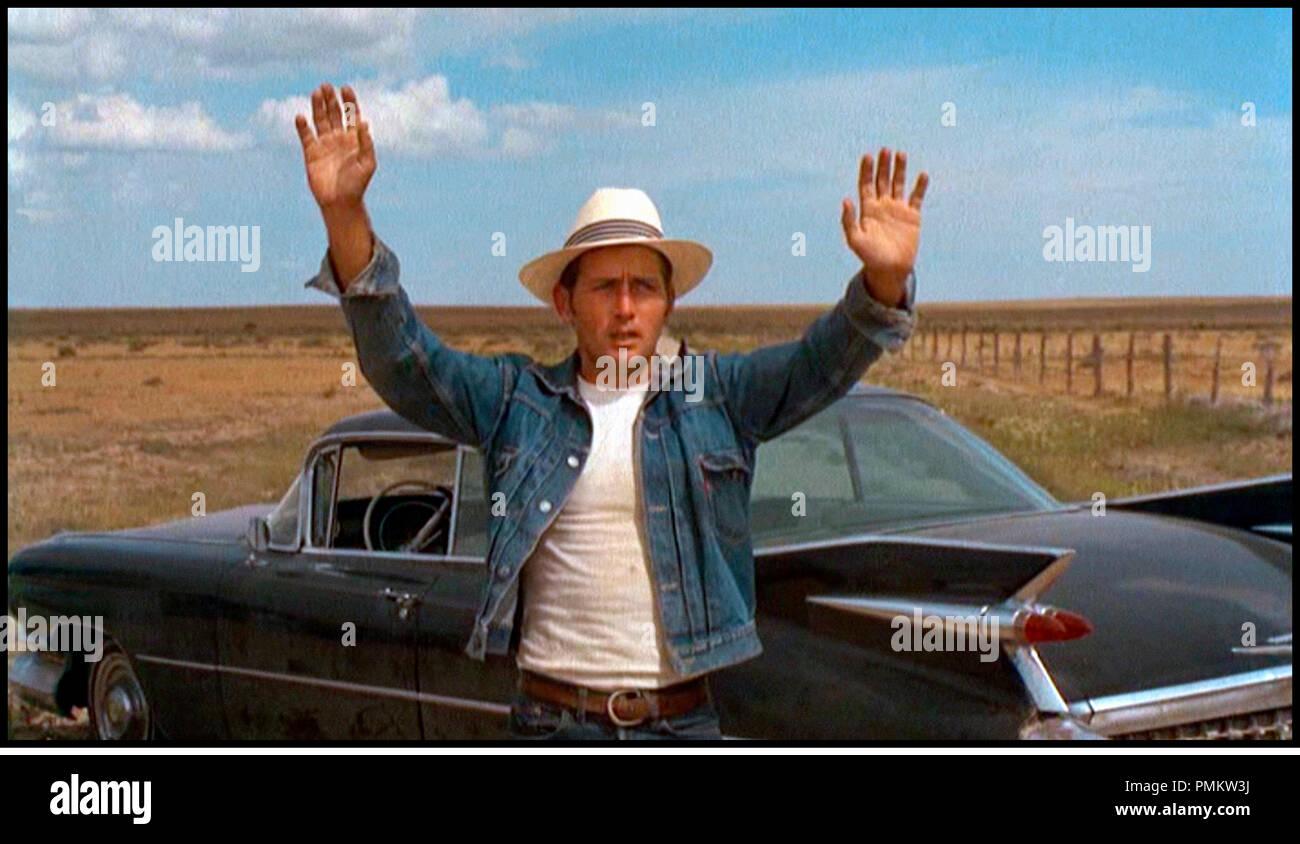 Prod DB © Badlands Comp. - Pressman-Williams / DR LA BALADE SAUVAGE (BADLANDS) de Terrence Malick 1973 USA avec Martin Sheen tire d'une histoire vraie, road movie, 1950's, veste en jean, panne, accident, mains en l'air, lever les bras, voiture Cadillac Coupe de Ville de 1959 - Stock Image