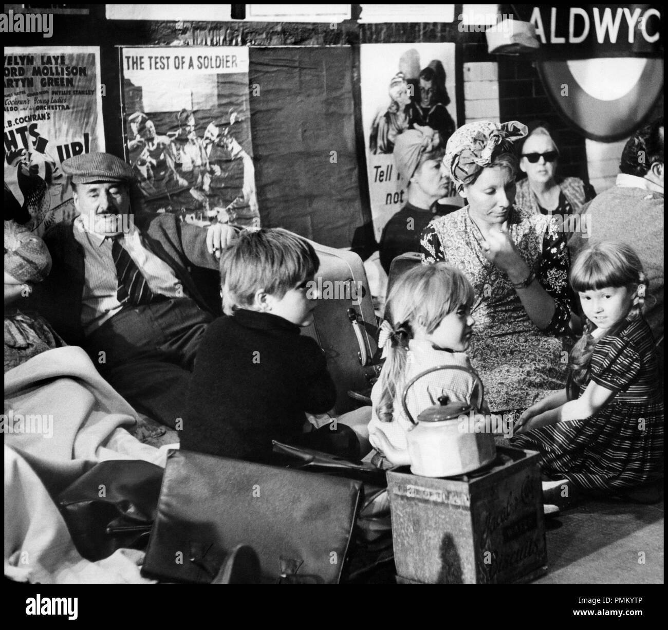 Prod DB © Spitfire / DR LA BATAILLE D'ANGLETERRE (BATTLE OF BRITAIN) de Guy Hamilton 1969 GB  WW-2, guerre 1939-45, famille, metro de londres, abri anti aerien, se cacher, famille, affiches de propagande d'apres le livre The Narrow Margin de Derek Wood et Derek Dempster - Stock Image