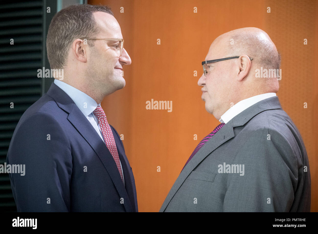 19 September 2018, Berlin: Jens Spahn (CDU, l), Federal Minister of Health, talks to Peter Altmaier (CDU), Federal Minister of Economics and Energy, before the beginning of the Federal Cabinet meeting in the Chancellor's Office. Photo: Michael Kappeler/dpa - Stock Image