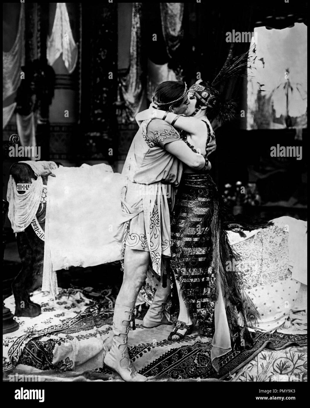 Prod DB © Fox Films / DR CLEOPATRE (CLEOPATRA) de J. Gordon Edwards 1917 USA avec Thurston Hall et Theda Bara film historique, peplum, romain, erotisme, Egypte, reine, baiser d'aprs la pice CLEOPATRE de Emile Moreau et Victorien Sardou et ANTOINE ET CLEOPATRE (ANTONY AND CLEOPATRA) de William Shakespeare Stock Photo