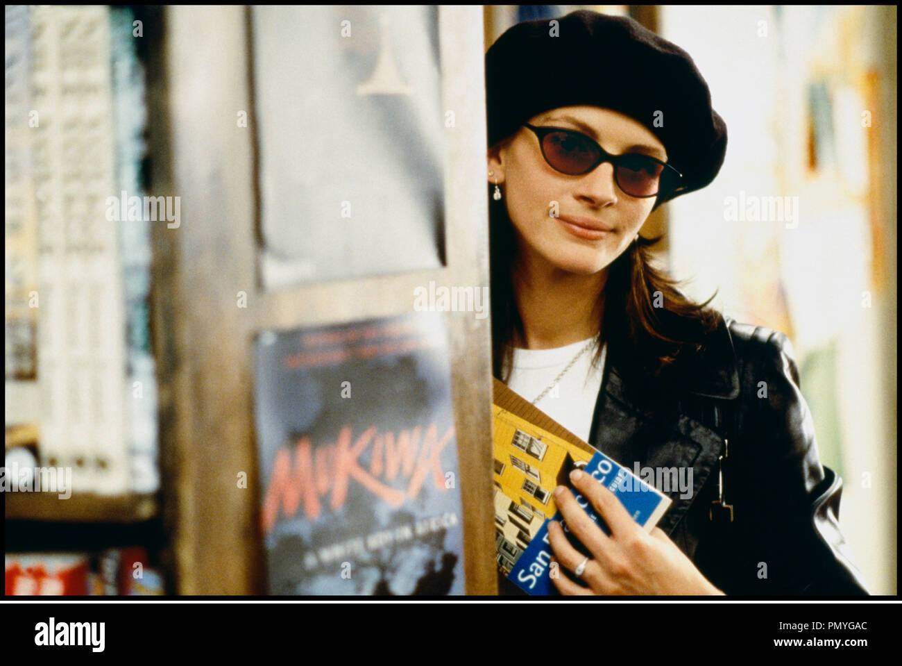 Prod DB © PolyGram/Working Title / DR COUP DE FOUDRE A NOTTING HILL (NOTTING HILL) de Roger Michell 1999 GB avec Julia Roberts beret, lunettes, cacher, discretion - Stock Image