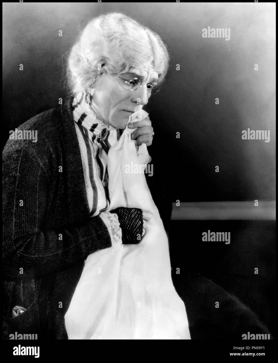 Prod DB © MGM / DR LE CLUB DES TROIS (THE UNHOLY THREE) de Tod Browning 1925 USA avec Lon Chaney travesti, vieille dame, grand-mere, lunettes, mitaines film muet d'apres le roman de Clarence Aaron Tod Robbins MGM code 217 - Stock Image