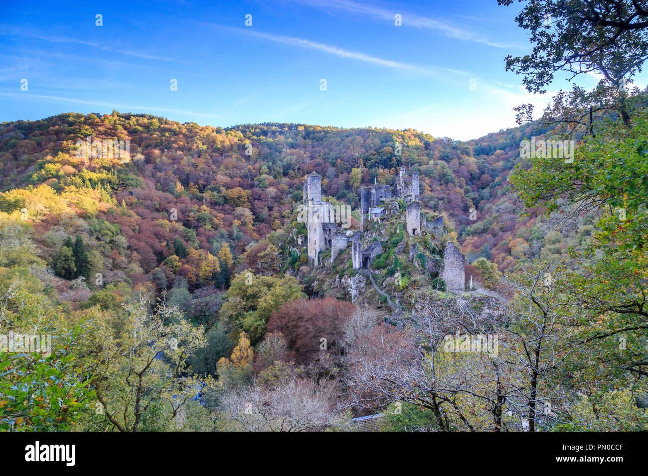France, Correze, Saint Geniez o Merle, the Tours de Merle, ruins of a set of medieval castles // France, Corrèze (19), Saint-Geniez-ô-Merle, les Tours - Stock Image